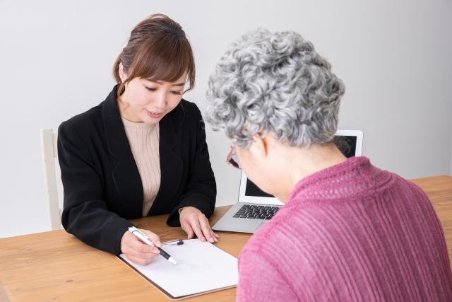 エンディングノートの作成を手伝う女性